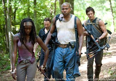Michonne (Danai Gurira), Rick Grimes (Andrew Lincoln), Oscar (Vincent Ward) y Daryl Dixon (Norman Reedus) en el episodio 7