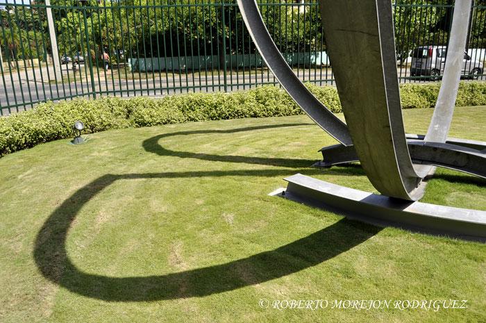 El Tulipán o Gamma,  escultura del  holandés Arie Berkulin, ubicada en los jardines de la embajada del Reino de los Países Bajos en la Habana, Cuba.