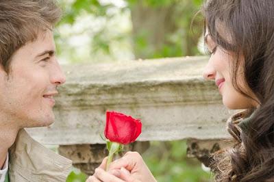 10 علامات تدل على عشق الرجل وانجذابه للمرأة - رجل يقدم وردة لحبيبتة