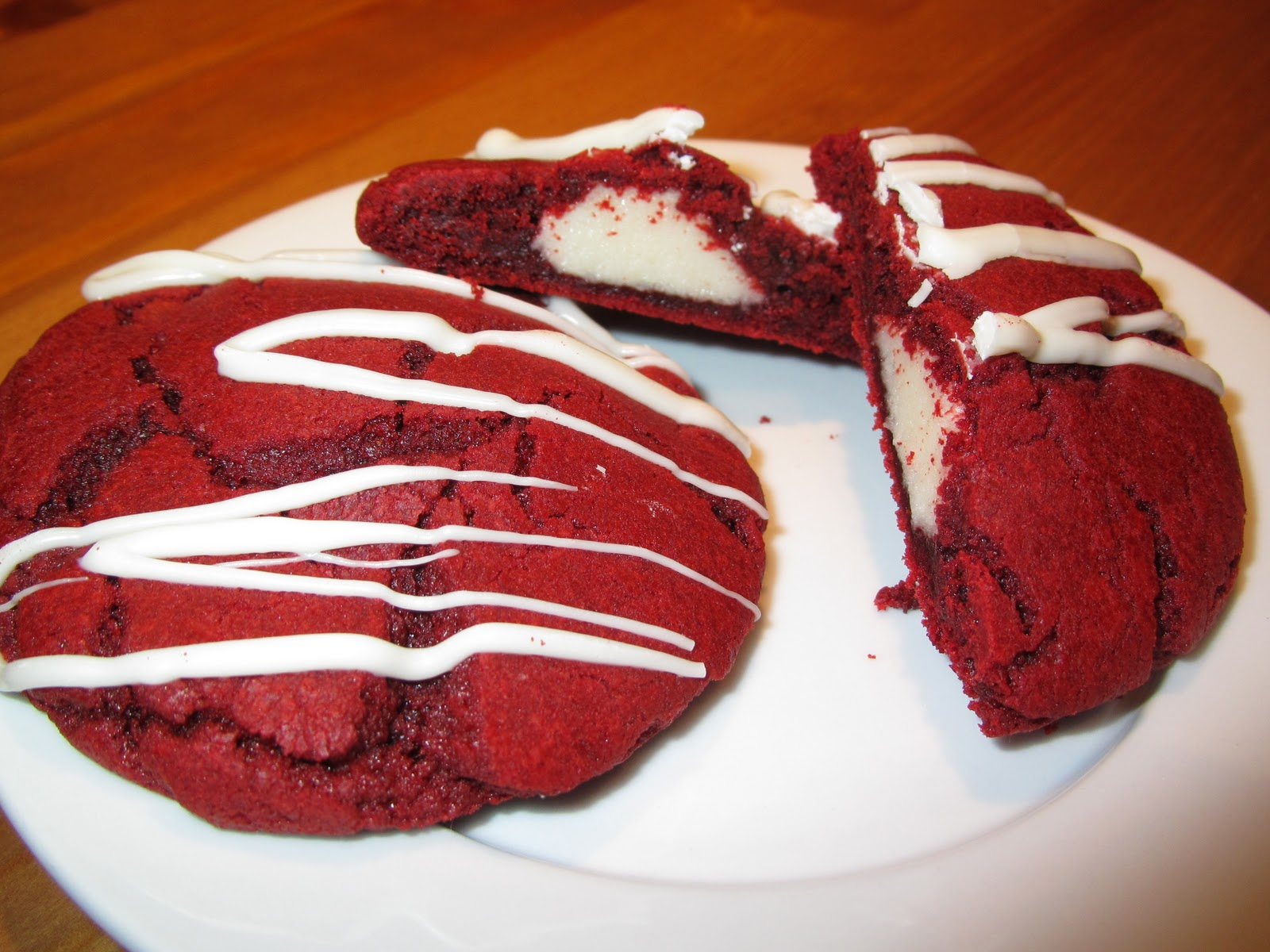An Everyday Girl's Attempt to Cook: Red Velvet Cheesecake Cookies