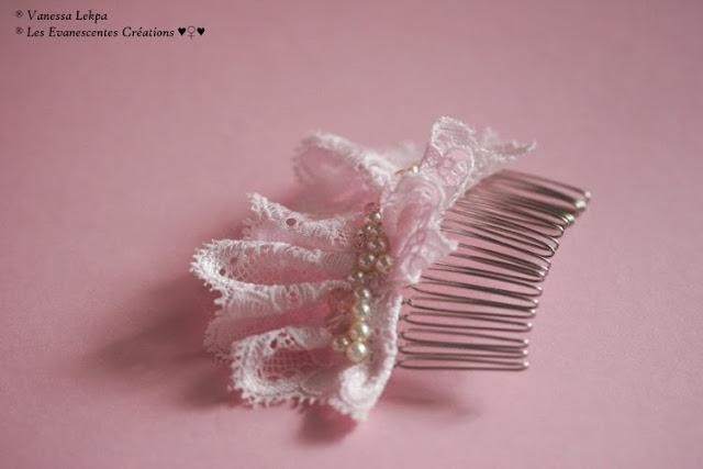 beau peigne de mariée argenté brodé de dentelle de Calis rose et de perles brodé ivoire nacrée et de cristal créations fait main par la créatrice Vanessa Lekpa