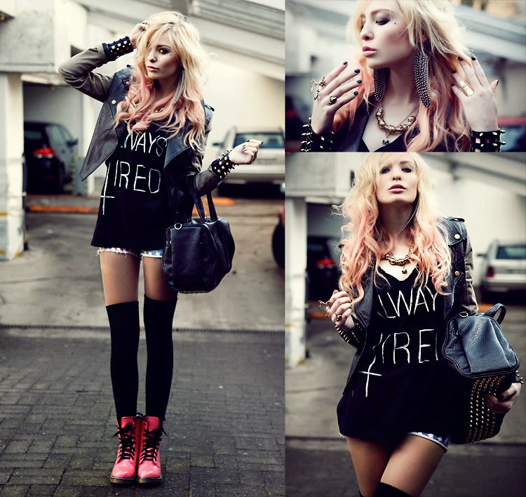jaqueta spikes, camiseta, shorts jeans, pulseiras, bolsa