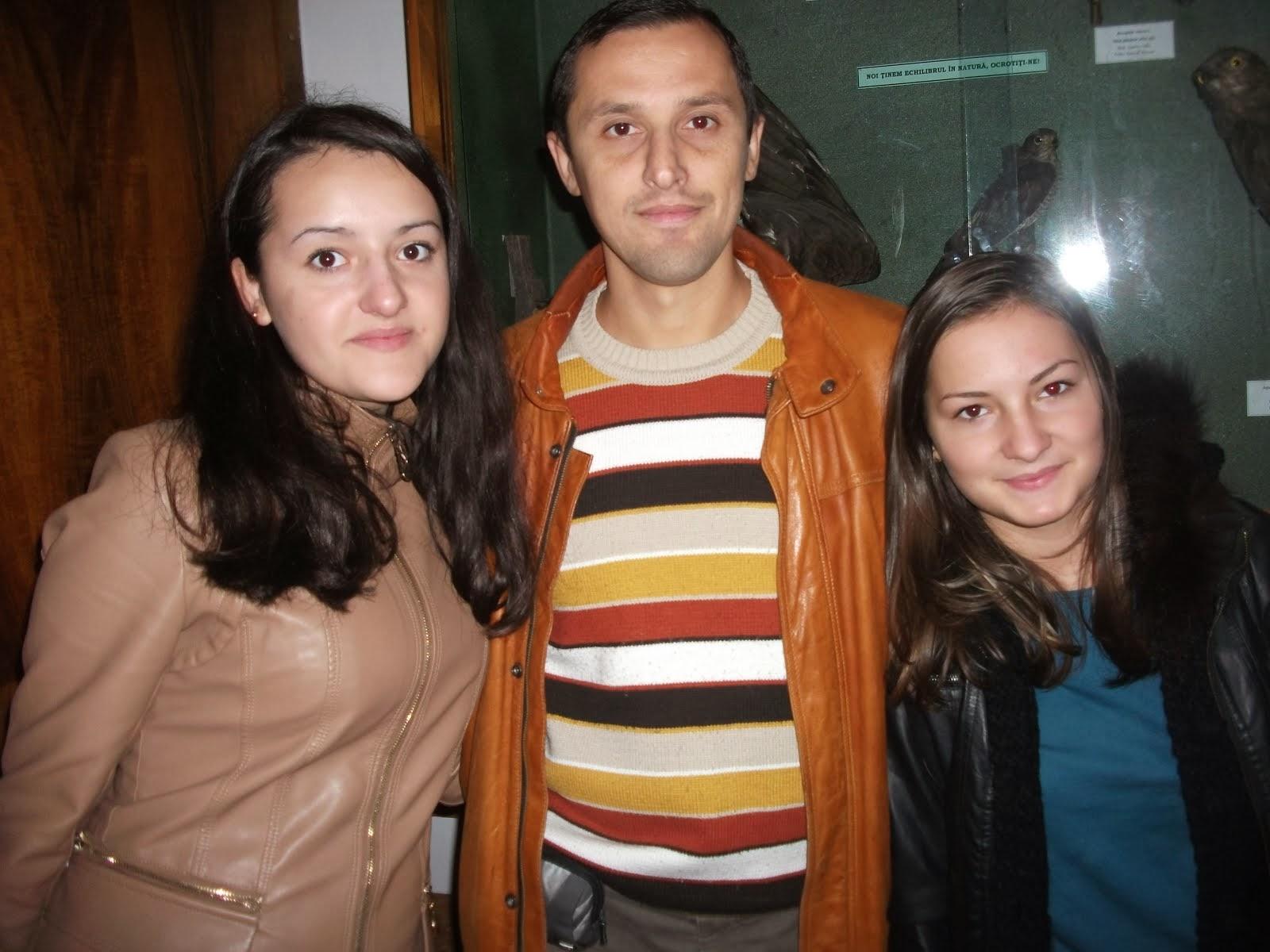 Alături de elevele Cătălina Gabăr şi Bianca Chistol, Muzeul de Ştiinţe Naturale, 8.10.2013...