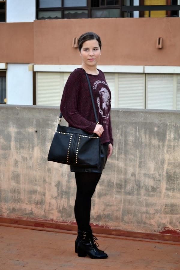 look_outfit_burdeos_negro_short_polipiel_zara_botines_stradivarius_jersey_aguila_nudelolablog_03
