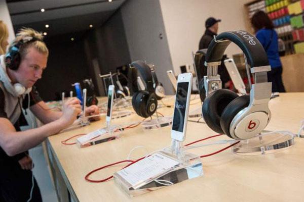 Apple Store Bolehkan Pelanggan Jajal In-Ear Headphone Sebelum Beli