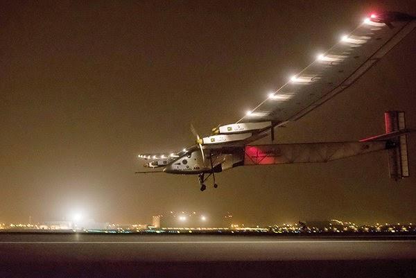 Máy bay Solar Impulse-2 hạ cánh xuống sân bay Muscat của Oman - Ảnh: Reuters