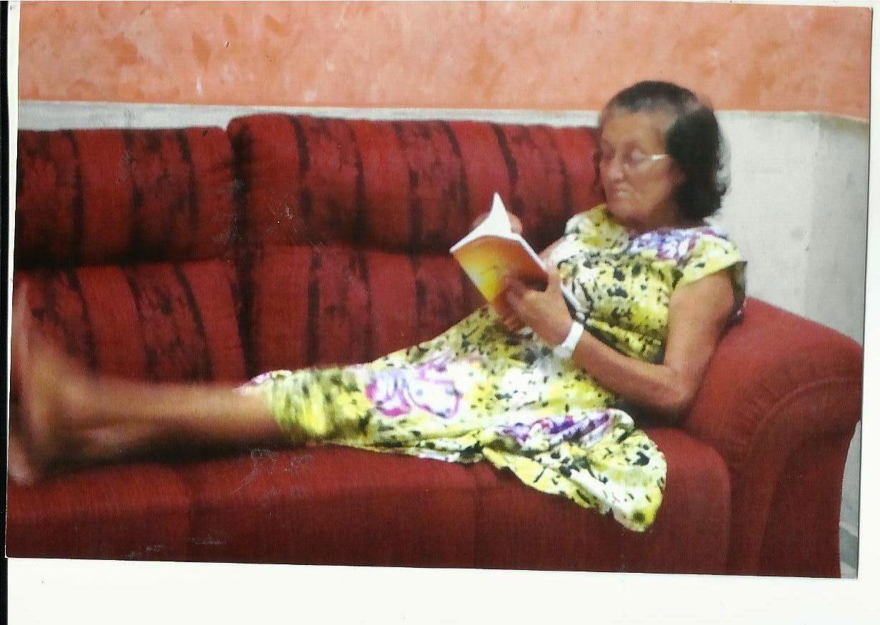 """AMIZADE NÃO TEM IDADE... TENHO DITO. ( Dona Floripes lendo """"O Voo Do Beija-Flor ... chique demais)"""