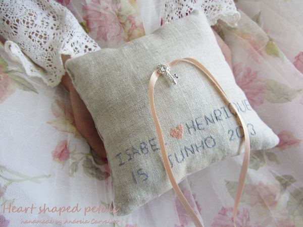 almofada porta alianças bordada com nomes dos noivos e data de casamento