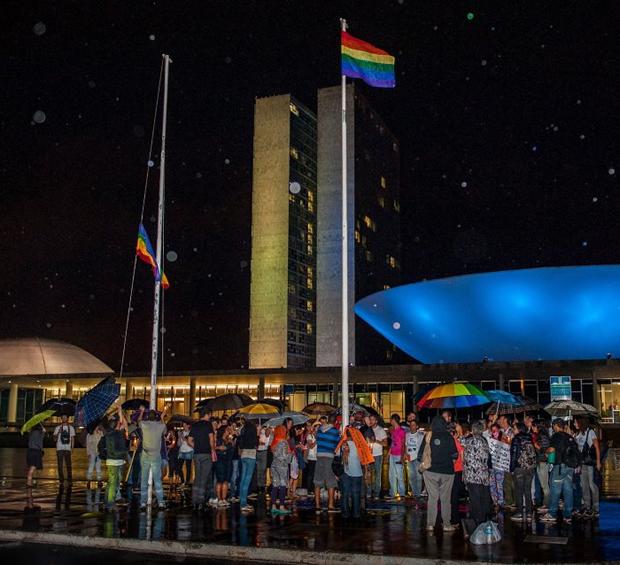 Em Brasília, manifestantes se reúnem em frente ao Congresso Nacional para uma vigília em protesto contra o presidente da Comissão dos Direitos Humanos, o deputado Marco Feliciano (Foto: Reprodução/Facebook)