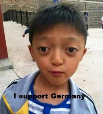 kleiner Junge sieht aus wie Mesut Özil