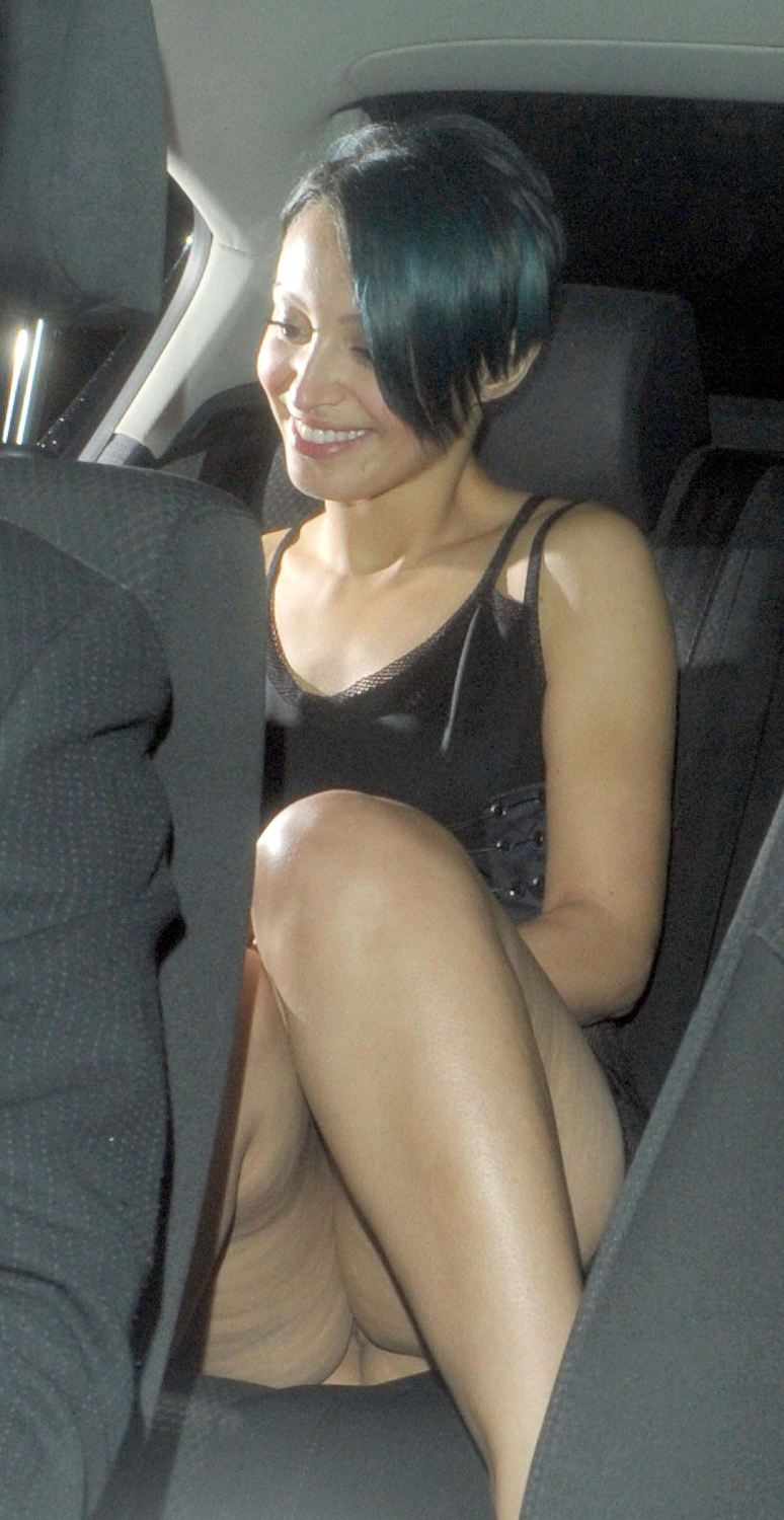 Labels Amelle Berrabah Pantyless Pussy Show Upskirt