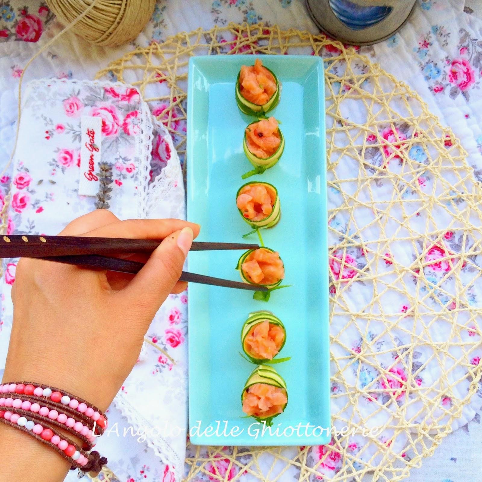 maki in the making. maki roll di salmone affumicato marinato, zucchine ed erba cipollina
