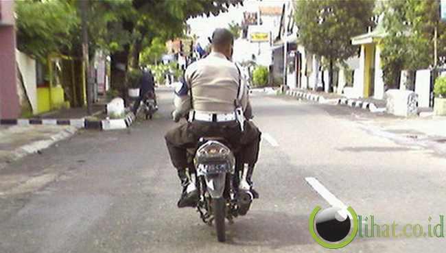 http://www.lihat.co.id/2013/06/11-gaya-oknum-aparat-tanpa-helm-di.html