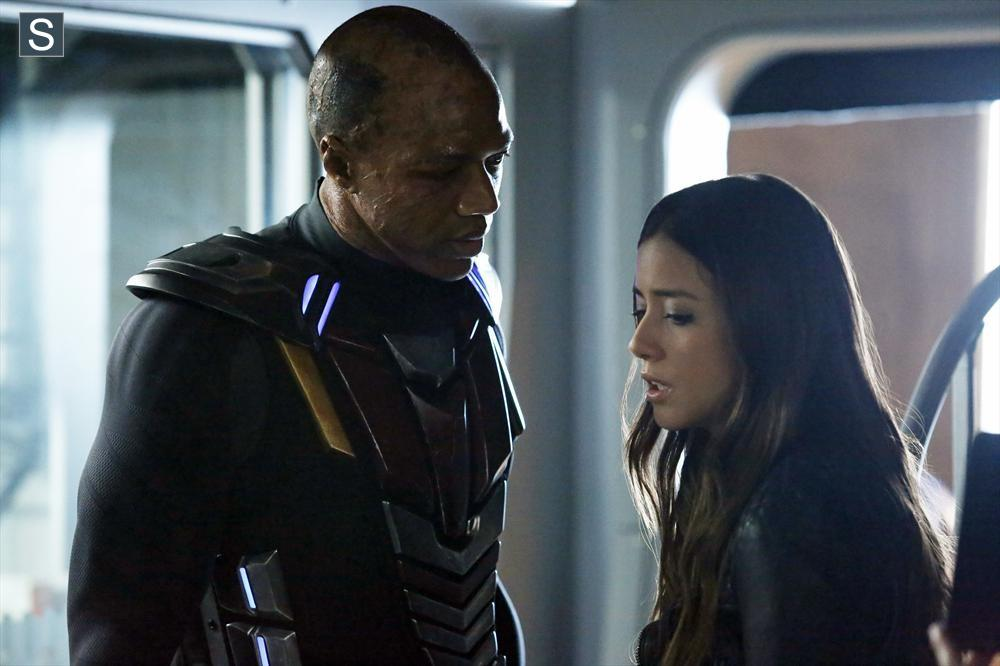 DEATHLOK (J. AUGUST RICHARDS) Y SKYE (CHLOE BENNETT)