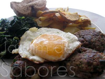 Hambúrgueres de Vitela com Ovo, Batatas e Espinafres