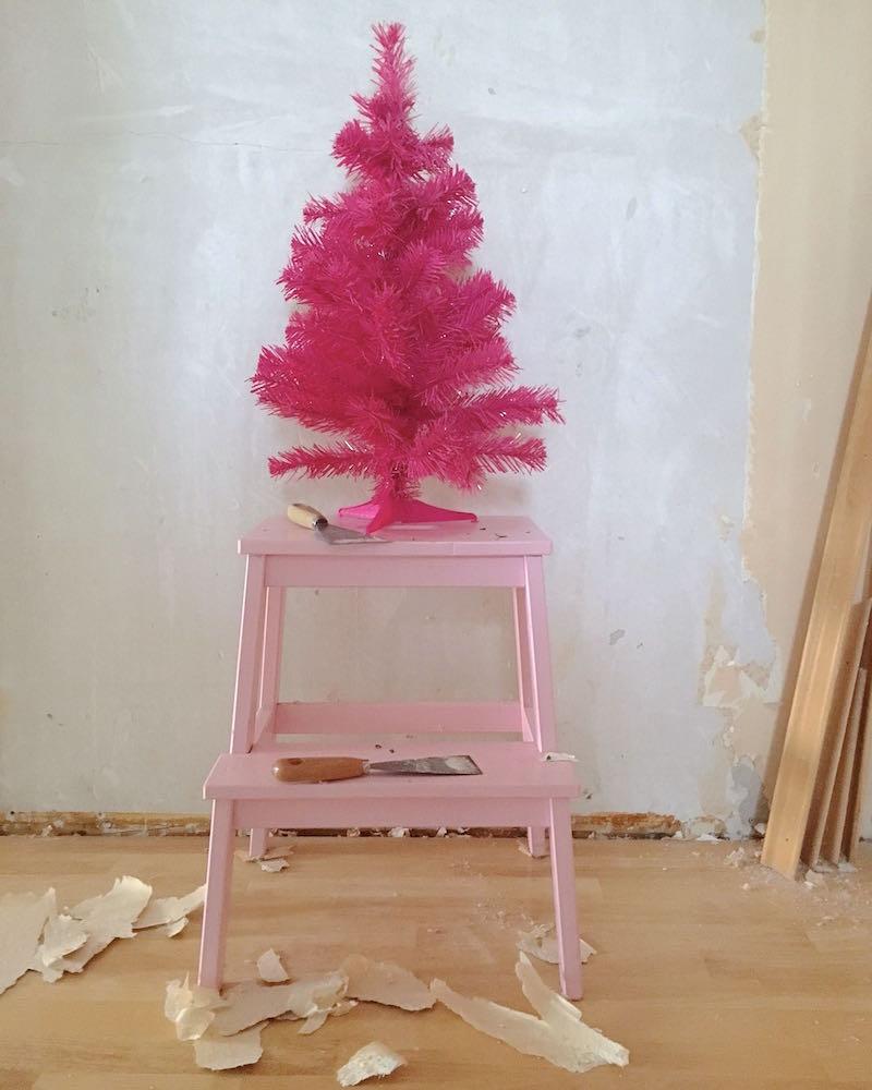 Pinker Weihnachtsbaum auf Baustelle
