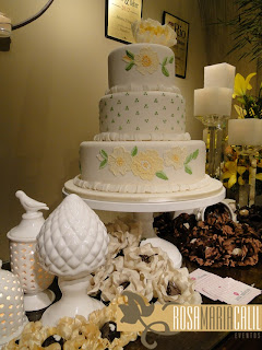 bolo, brigadeiros, forminhas, candelabro de cristal