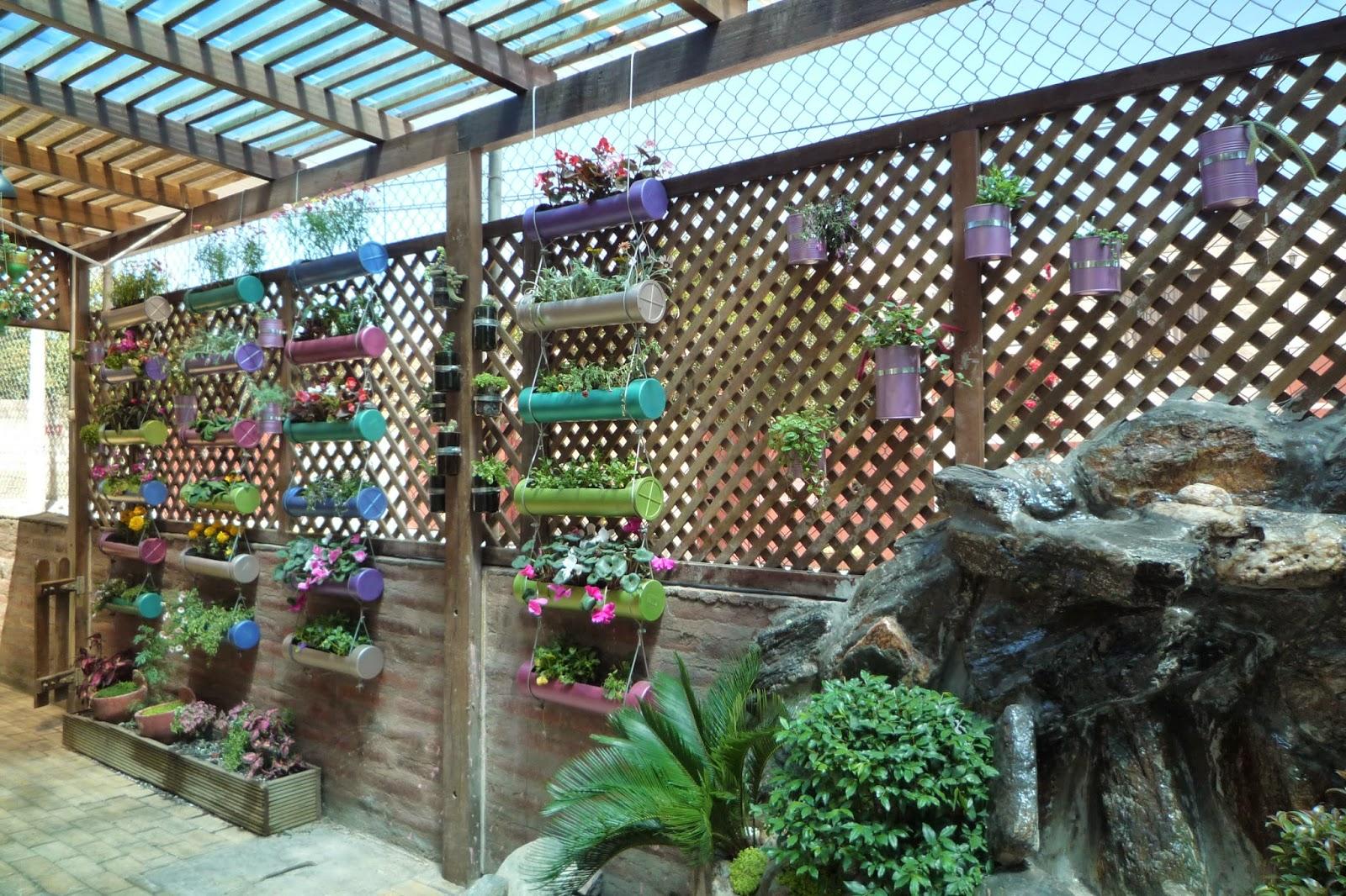 Reciclaje botellas papel y bamb jard n vertical y for Jardines colgantes con material reciclado