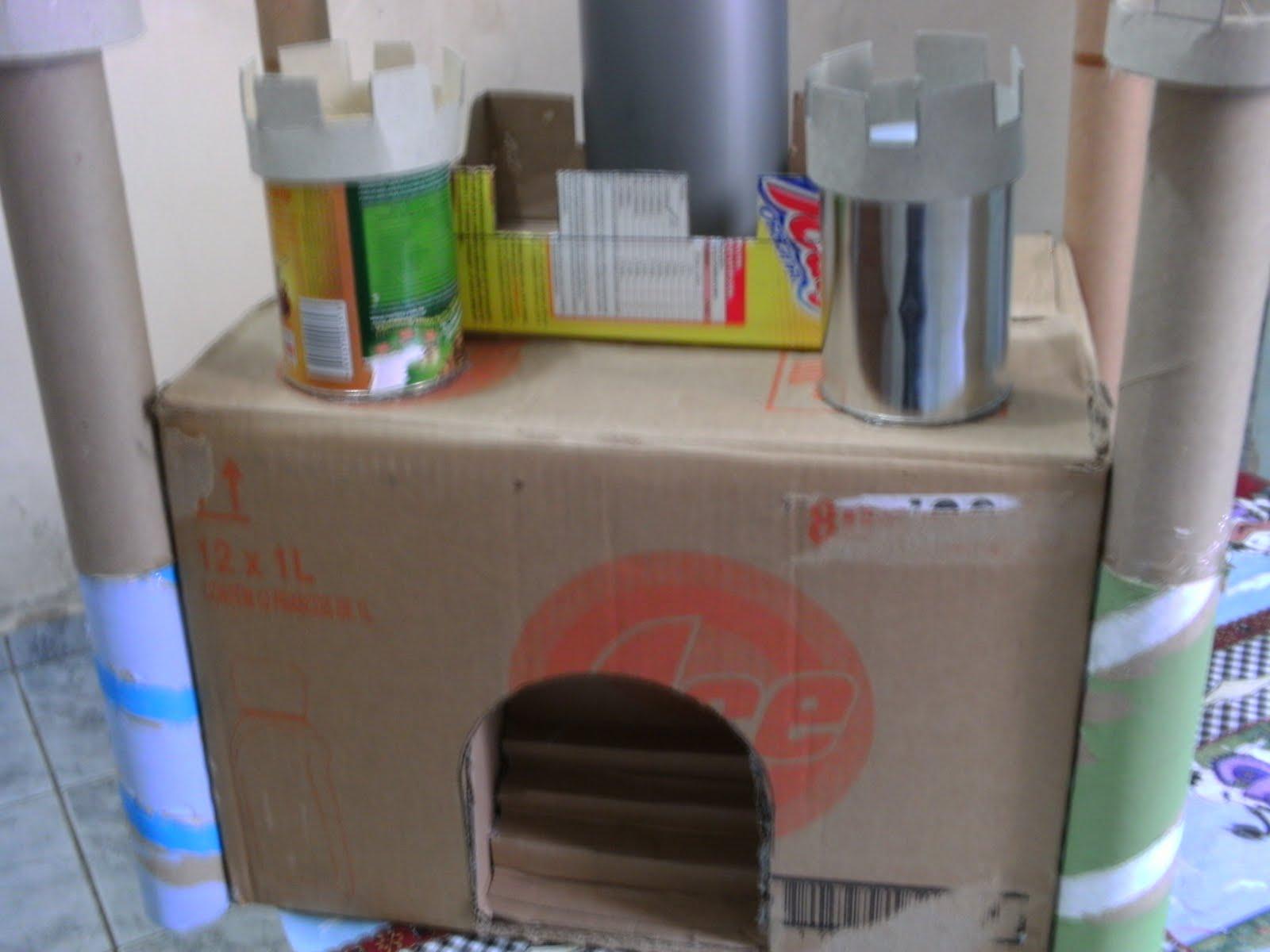 com material reciclado caixa de papelão latinhas e rolos de papel