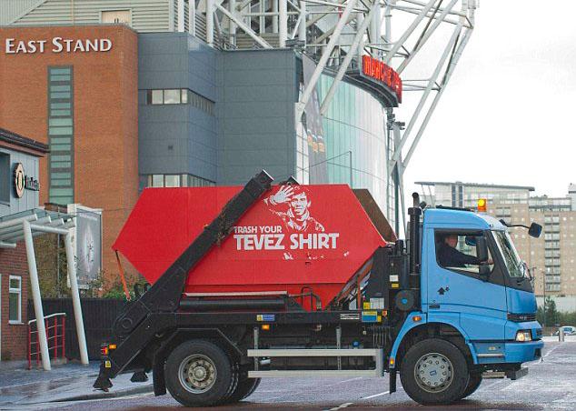 Gambar Trak Recycling Tevez di Old Trafford