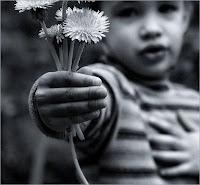 menino entregando ramalhete flores, romântico, cavalheiro