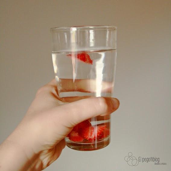 agua infusionada con fresas  - el pegotiblog