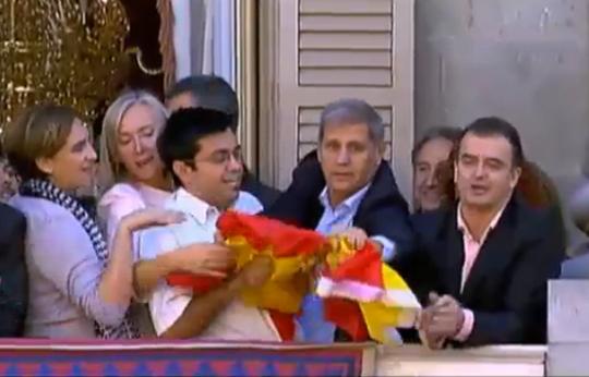 El argentino Pisarello contra la bandera de España