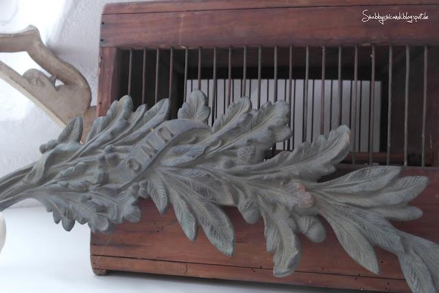 Schätze vom Flohmarkt. alter kleiner Vogelkäfig und Metall Ornament.