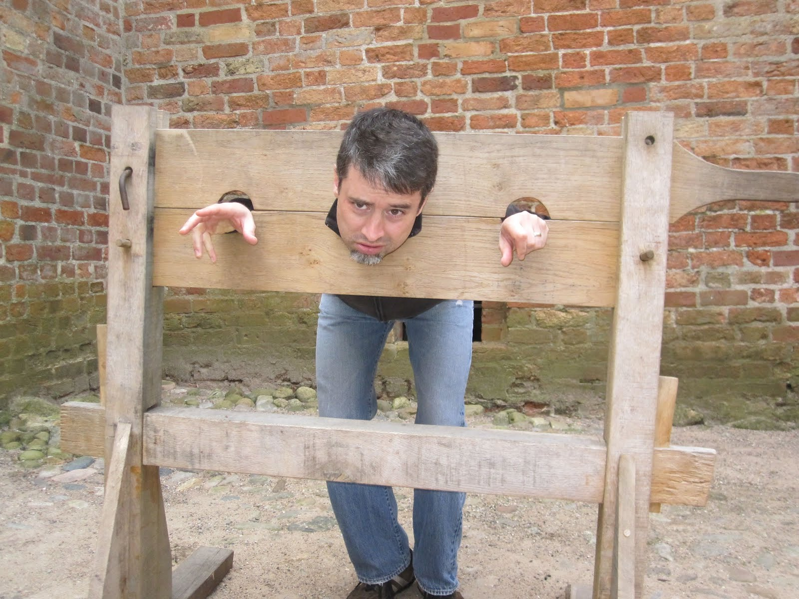 how to build a pillory
