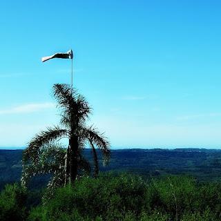 Morro do Diabo, em Carlos Barbosa. Biruta indica direção do vento.