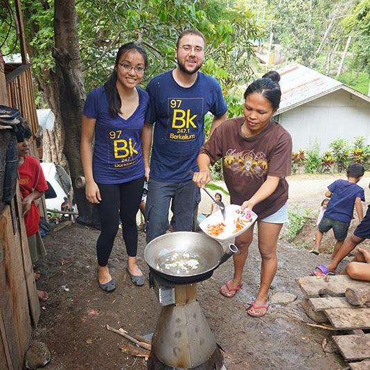 Jacqueline Nguyen dan Mark Webb Menemani Seorang Ibu yang tengah memasak dengan menggunakan kompor K2 cook stove