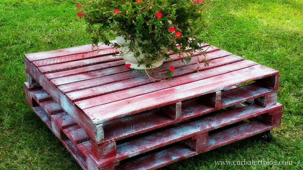 DIY:  Outdoor Pallet Patio Table via Curb Alert! Blog www.curbalertblog.com