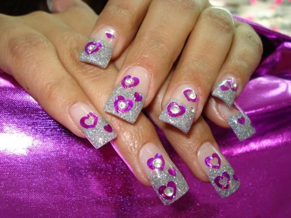 Uñas Decoradas con corazones violetas perfectas para fiestas.