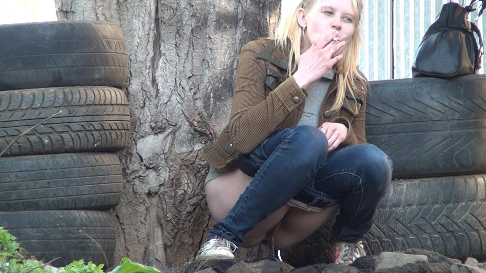 Девушка писает в рот девушке фото 29