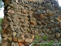 """Detall de la torre romana o torre mestra del Castell de Sant Jaume, en la que s'aprecia la utilització combinada de l'""""opus emplecton"""" i l'""""opus spicatum"""""""