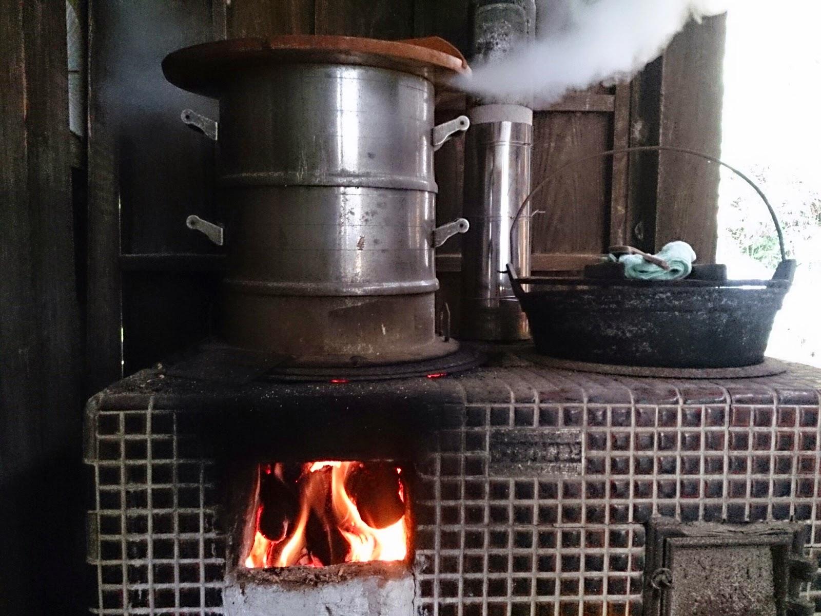 もち米を蒸す釜戸