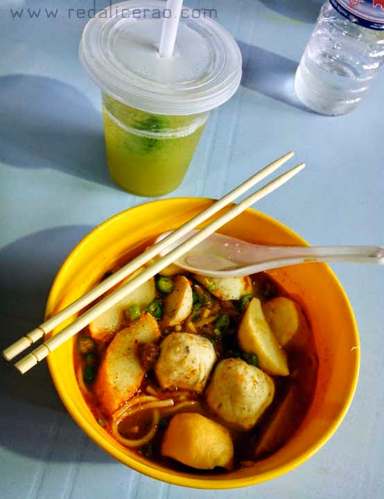 Food lover, foodgasm, Malaysian Cuisine, Malaysian Food, Best food in Malaysia, Travel to Malaysia, What to eat in Malaysia, Chicken Fried Mee, Mee, Mee hoon, fish balls, tom yum, Spicy food,  Food bloggers in Pakistan, tofu, Yee Mee, Laksa