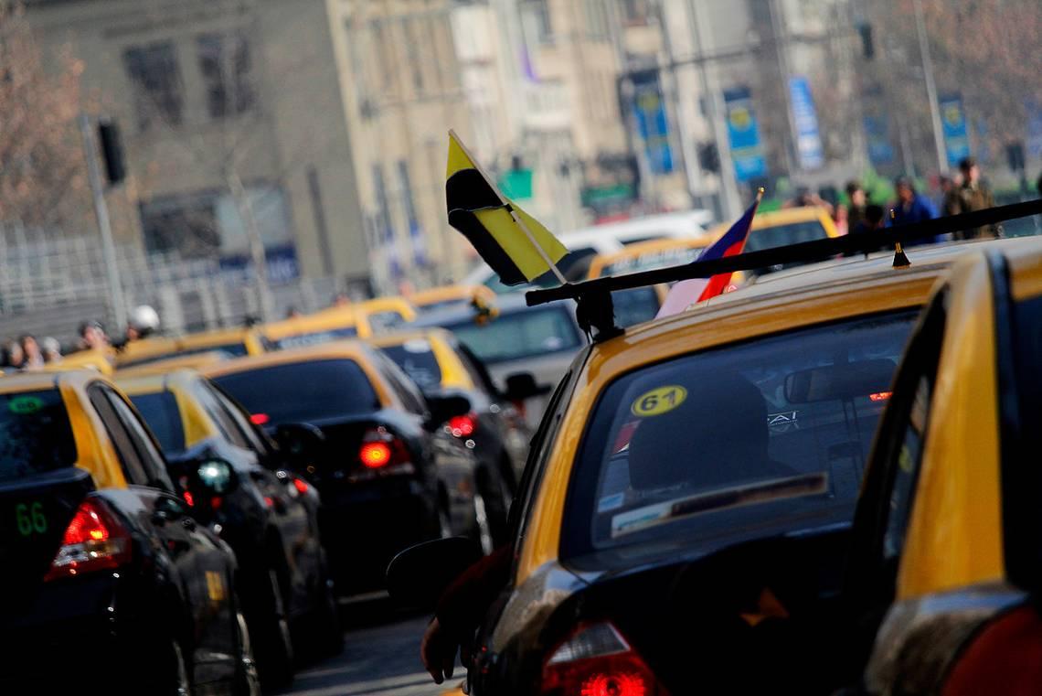 Detienen a 11 taxistas por robo y quema de buses del Transantiago
