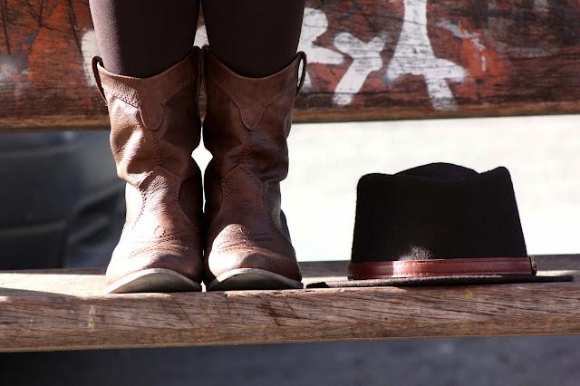 Brown Hat, sombrero marrón, collar dorado ciervo, camisa blanca, pulsera leopardo, botas marrón