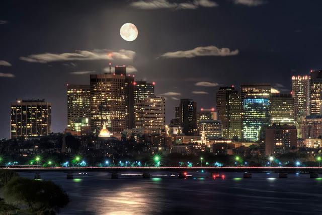 город ночью при свете луны