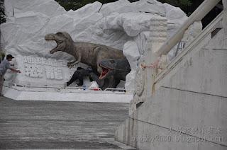 工作人員正在做戶外恐龍展示品整理