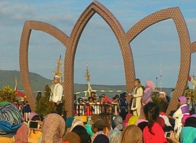Suasana peragaan busana Islami di tempat pelelangan ikan Muncar, banyuwangi.