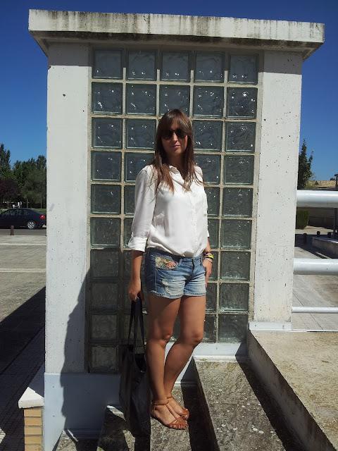 Outfit de fondo de armario, camisa blanca de Bershka y short vaquero de stradivarius