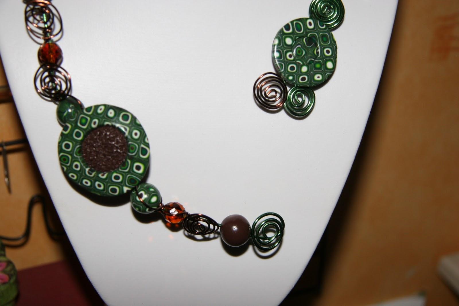 perles d 39 arc en ciel collier zigzag avec perles en fimo sur fil alu. Black Bedroom Furniture Sets. Home Design Ideas