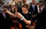 Justin Bieber dando autógrafos a sus fans