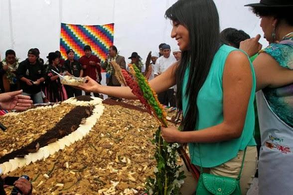 La hija del presidente Evo Morales, Eva Liz, se sirve del gigantesco plato