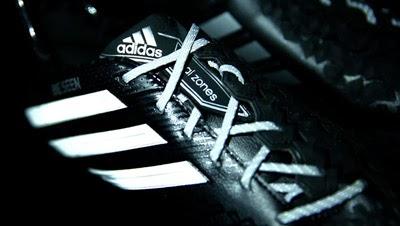 botas de fútbol reflectantes de Adidas