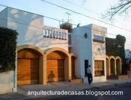 Fachada inspirada en el estilo Colonial español en una casa de Buenos Aires
