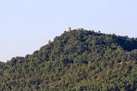 Aproximació a la Torre dels Moros. Torre de planta circular de l'antic castell de Montmajor situada al Serrat de Can Sabata, i que domina l'antic camí ral de Berga a Cardona