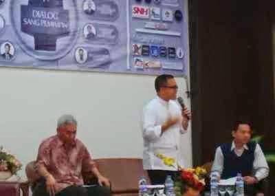 Bupati Banyuwangi Azwar Anas memberikan inspirasi kepemimpinan kepada mahasiswa Malang dalam dialog di Universitas Brawijaya.